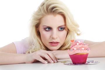 Junge hübsche Frau mit Cupcake