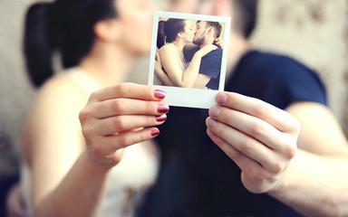 Влюбленная пара держит фотографию