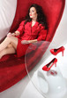 Piękna kobieta na czerwonej kanapie
