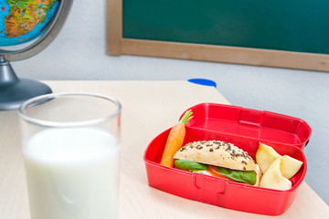 Brotdose und Milch für die Frühstückspause