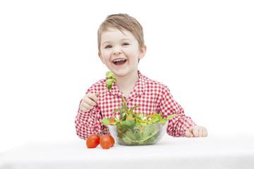 Kind isst Salat