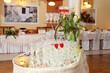 Stół z szampanem na luksusowym przyjęciu weselnym.