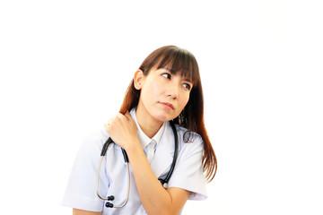 疲れた表情の女医