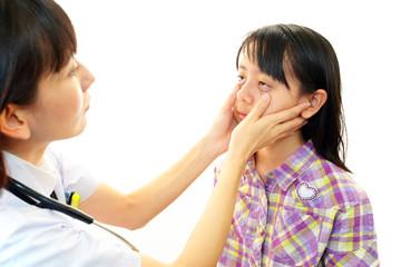 患児を聴診中の女医