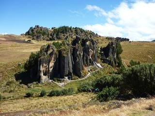 """Vista de """"Los frailones/frailes de piedra"""" en Cajamarca- Perú"""