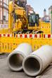 Strassenbau - Zwei Betonrohre und ein Bagger