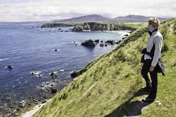 frau an schottischer küste in durness