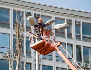 Ремонт городского освещения с передвижной вышки