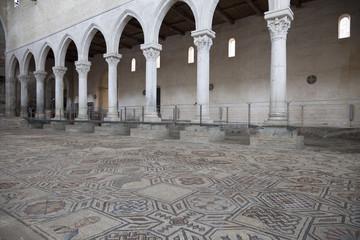 Mosaico e colonne, Basilica di Aquileia