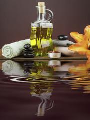 objetos de spa reflejados en el agua