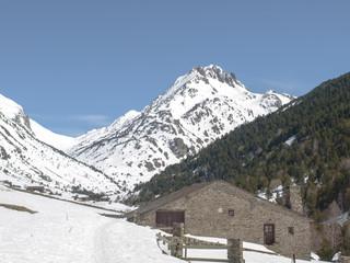 paisaje alta montaña nevado con arquitectura tradicional