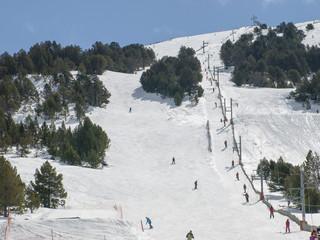 pista de esqui con remonte o percha