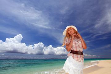 水辺で遊ぶ笑顔の女性