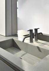 rubinetto di acciaio per il lavabo di un bagno moderno