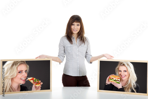 Junge Frau stellt zur Wahl Burger oder Pizza