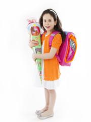 Schulkind mit Schultasche und Schultüte