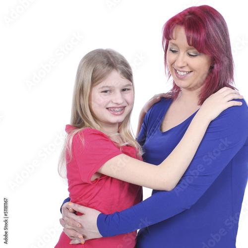Glückliche Mutter umarmt ihre Tochter