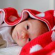 baby in roter decke