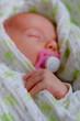 baby schlafend mit schnuller