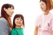 笑顔の女医と親子