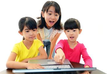 パソコンを楽しむ3人の女の子