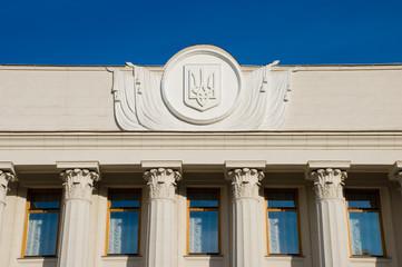 Герб Украины на фронтоне здания Верховной Рады