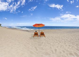 duo romantique sur immense plage déserte
