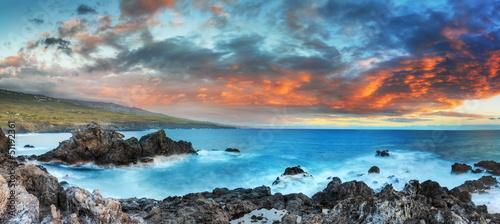 Panoramique du littoral de La Réunion au crépuscule.