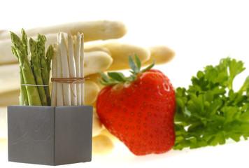 Weisser und grüner Spargel mit Erdbeeren