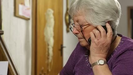 Großmutter telefoniert