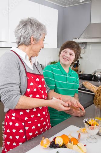Junge mit Großmutter in der Küche