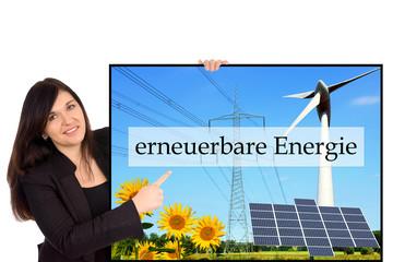 Frau mit Schild - erneuerbare Energie