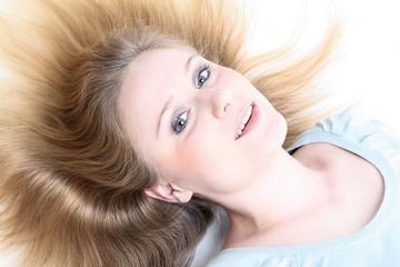 Junge Frau mit abstehenden Haaren