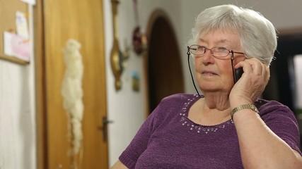 Großmutter führt ein Telefonat