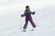 Mädchen läuft Ski