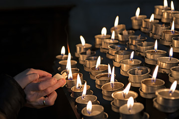 Encendiendo velas en una iglesia a modo de ofrenda.