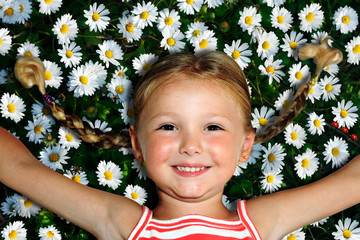 Rilassata su un tappeto di fiori