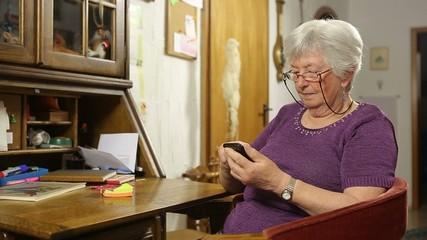 Seniorin benutzt ein Smartphone