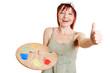 Frau mit Mischpalette hält Daumen hoch