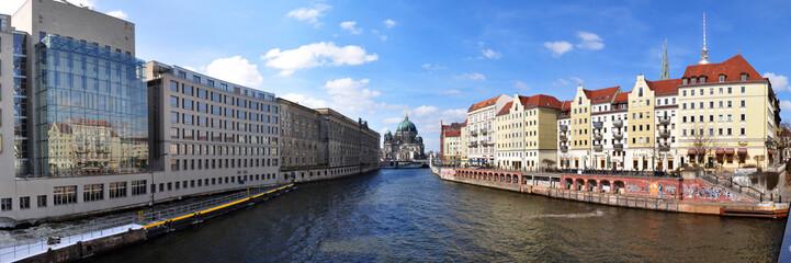 Berlin, Panoramafoto Nikolaiviertel mit Spree