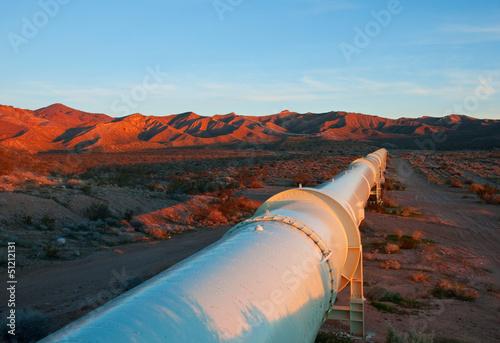 Poster Industrial geb. Pipeline in the Mojave Desert, California.