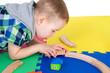Kleinkind baut mit Holzschienen