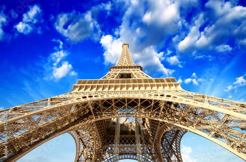 paryz-potezna-struktura-wspanialej-wiezy-eiffla-o-zachodzie-slonca