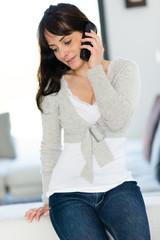 Jeune femme et téléphone