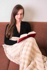 Schöne Frau ist in Buch vertieft