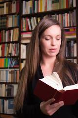 Junge Frau liest