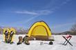 青空と雪原のキャンプ風景