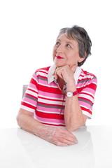 Witzige ältere Dame in rot geringeltem Shirt isoliert