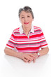 Modische ältere lachende Dame isoliert in Rot
