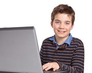 Lächelnder, freundlicher Junge / Kind mit Laptop / Notebook